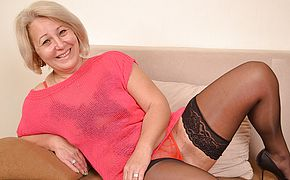 Cool mature housewife still luvs to have fun with herself
