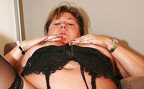 Thick mature mama toying with herself