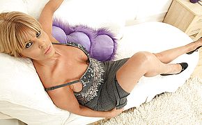 Super hot super hot Milf toying with herself