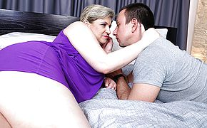 Unshaved mature dame porking her fucktoy man