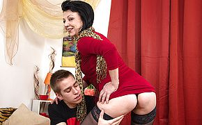 Crazy mature doll nailing her junior paramour