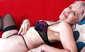 Kinky British mature chick getting humid on her bed